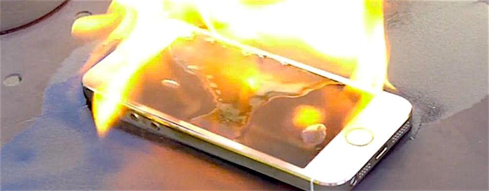 Lo smartphone le prende fuoco all'improvviso in mano: solo un ...