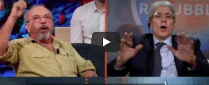 Vauro in difesa dei Rom: «Razzismo contro di loro». Lite con Giordano (video)