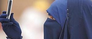 Alla faccia dell'integrazione: «Non porti il velo, peccatrice»: tra 4 islamici finisce a coltellate
