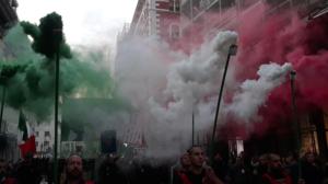 Fumogeni tricolore hanno aperto il corteo di CP per le strade di Trieste