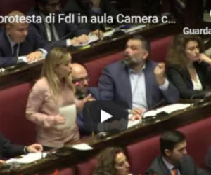 "Migranti, FdI protesta in aula contro il Global compact: ""No invasione"" (video)"