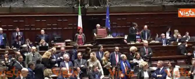 Caos alla Camera. Forza Italia occupa i banchi del governo. FdI chiama in causa Fico
