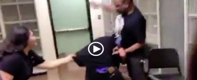 Usa, prof insultato prende a pugni l'alunno. Glielo devono strappare dalle mani (video)