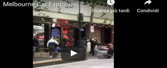 Melbourne, fa esplodere un auto, accoltella i passanti: le drammatiche immagini (Video)