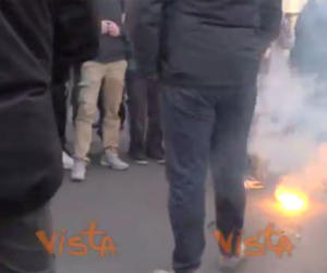 """I cortei del """"No Salvini day"""": bandiere bruciate, uova contro la polizia (i video)"""