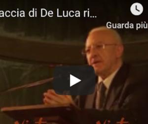 De Luca perde la pazienza e dice una parolaccia a una signora (video)