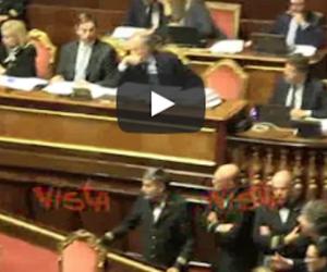 Il Senato approva il Dl Genova: è bagarre. E Toninelli esulta col pugno chiuso (video)