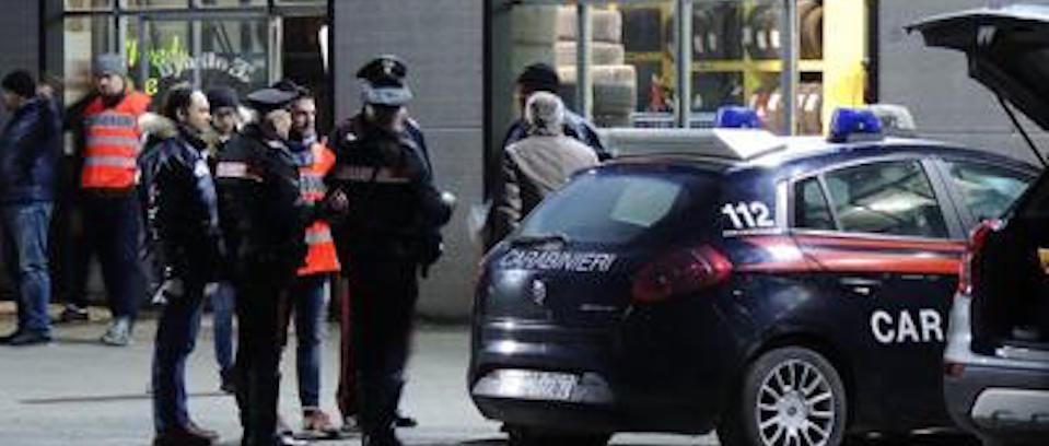 I carabinieri davanti al capannone di Fredy Pacini, subito dopo l'omicidio del ladro moldavo ventinovenne da parte del gommista aretino