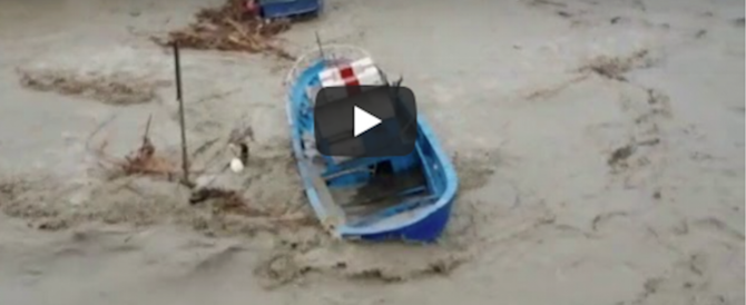 Mazara del Vallo sommersa, straripa il fiume: barche travolte e persone sui tetti (video)