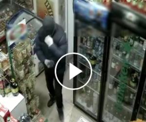 Armata di strofinaccio mette in fuga il rapinatore con la pistola (video)