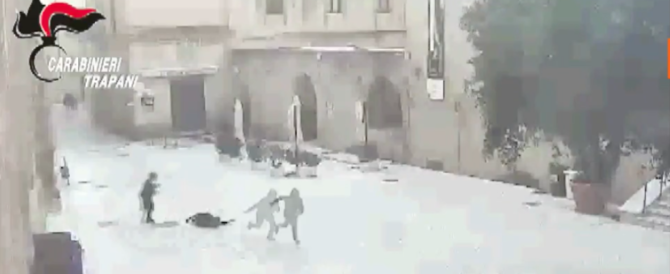 Anziana scaraventata a terra per uno scippo: tunisino incastrato dalle telecamere (video)