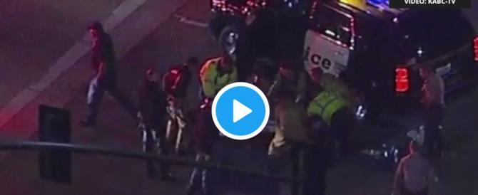 Terrore a Los Angeles, spari in un locale: «Ci sono molti feriti» (video)
