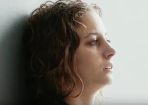 Un frame del video contro il cyberbulismo