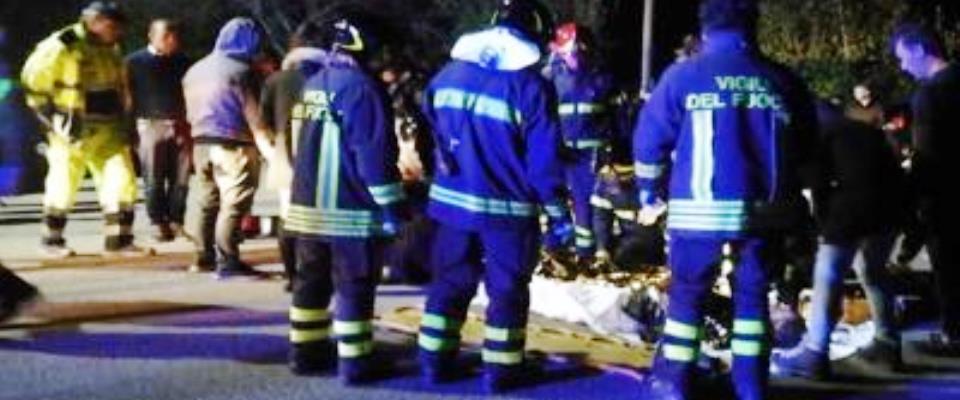 Corinaldo, i soccorsi dei Vigili del Fuoco a una delle vttime della tragedia alla discoteca Lanterna Azzurra