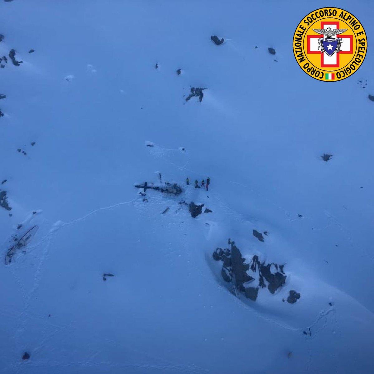 Il Soccorso Nazionale Alpino sul luogo del disastro, fra la neve la carcassa dell'elicottero