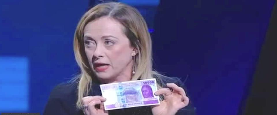 Giorgia Meloni mostra la moneta coloniale della Francia