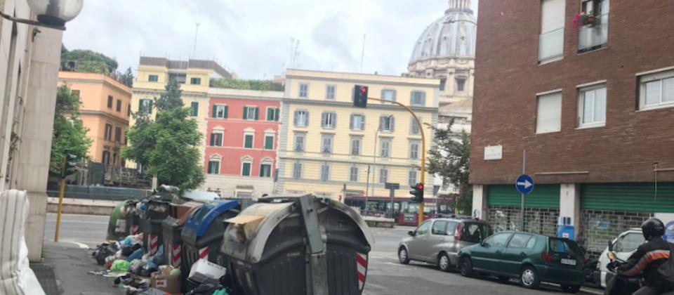 Cumuli di rifiuti nelle strade di Roma, proprio di fronte ai monumenti più importanti