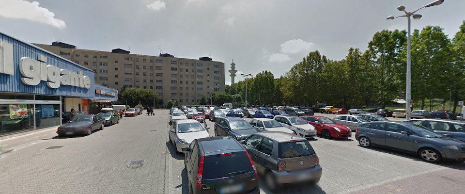 Il parchetto di fronte al supermercato Il Gigante di ROzzano dove è stato ucciso Antonio Crisanti