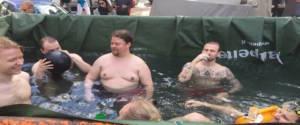Le piscine nei container allestite dagli studenti universitari durante il Vappu Day in Finlandia