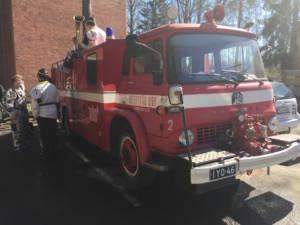Un mezzo dei pompieri vintage allestito dagli studenti durante il Vappu Day in Finlandia