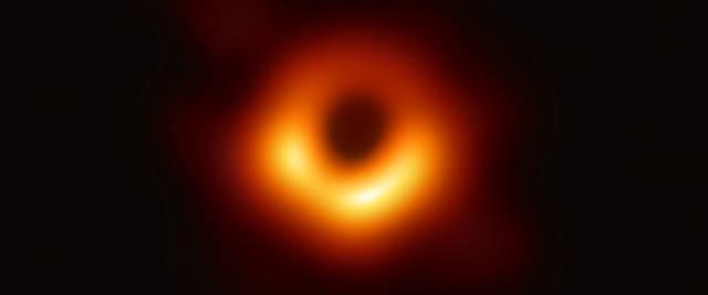 Il buco nero fotografato al centro di Messier 87, un'enorme galassia situata nel vicino ammasso della Vergine a 55 milioni di anni luce dalla Terra