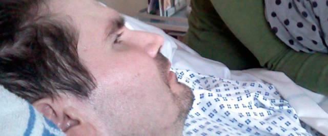 Vincent Lambert, l'ex-infermiere, vittima di un incidente nel 2008, nel suo letto d'ospedale: la Francia ha imposto lo stop alle cure e l'uomo sta morendo