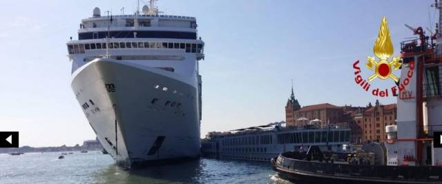 La nave da crociera Opera della Msc contro il molo San Basilio di Venezia