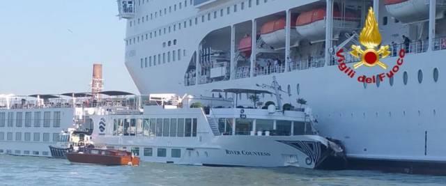 La nave Msc Opera contro il traghetto fluviale Michelangelo al molo San Basilio di Venezia