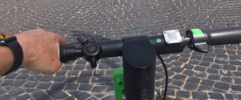 Con il monopattino elettrico per le vie del centro di Roma, la prova-sampietrini non convince
