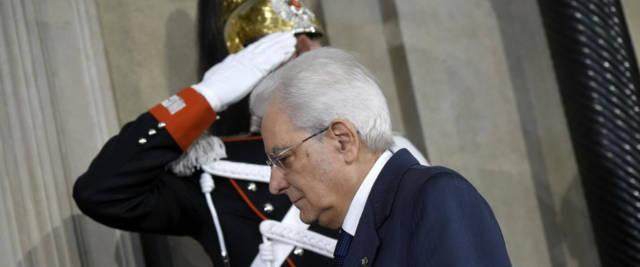 il presidente della Repubblica Mattarella che, con la sua decisione di affidare l'incarico a Cottarelli, aveva provocato una vera e propria rivolta sui Social
