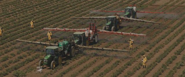 Lo spot della Coop che accusa gli agricoltori italiani di inquinare con i diserbanti