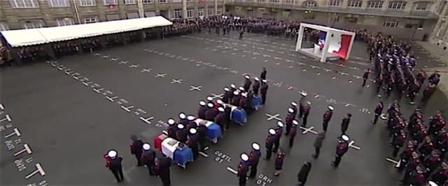 La cerimonia a Parigi in memoria dei 4 agenti assassinati giovedì da un loro collega MIchael Harpon convertito all'Islam e poi radicalizzato