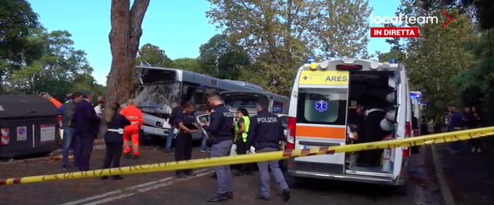 autobus contro un albero a Roma