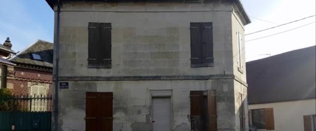 La casa dove è stato trovato il corpo senza vita dell'abate Roger Matassoli, 91 anni, accusato di pedofilia: è morto soffocato da un crocifisso ficcato in gola