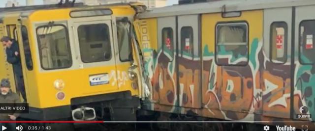 scontro tra treni della metro a Napoli frame da video su Youtube