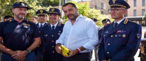 TASER IL MINISTRO MATTEO SALVINI IMPUGNA UN TASER