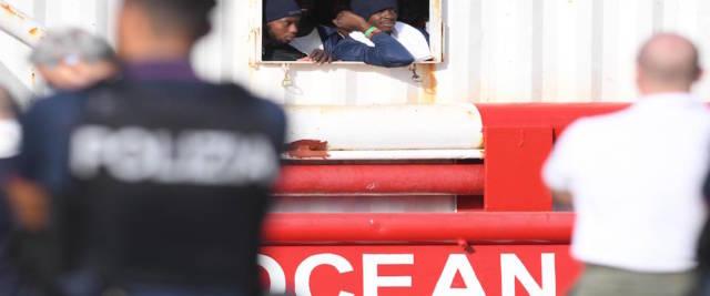 Migranti sulla Ocean Vinking sbarcano a Pozzallo foto Ansa