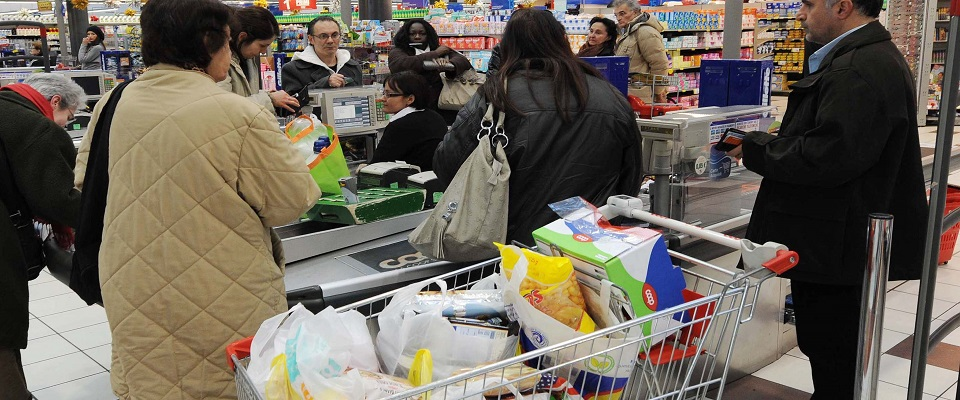sos al governo dei commessi dei supermercati foto Ansa