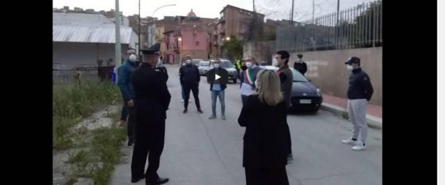 migranti in strada a giocare a pallone rabbia a Siculiana frame da video Youtube