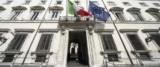Bandiere a mezz'asta a Palazzo Chigi foto Ansa