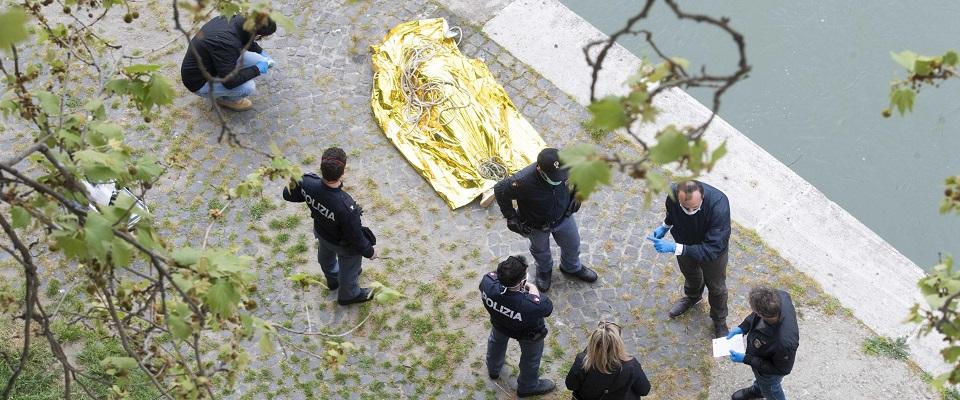 Trovato cadavere di una donna nel Tevere a Roma foto Ansa