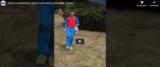 Alle spalle del bambino spunta l'orso, frame da video postato su Youtube
