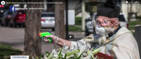 Prete benedice i fedeli con la pistola ad acqua frame da video Youtube