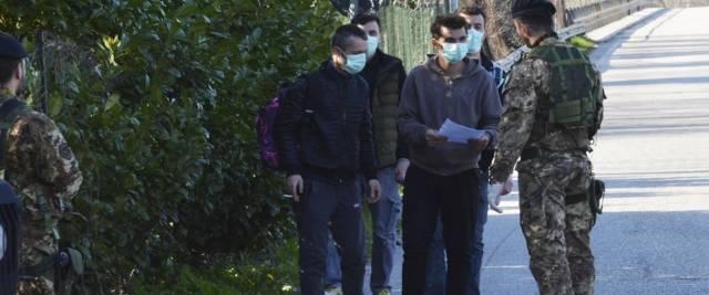 Migranti passano il confine con la Slovenia foto Ansa