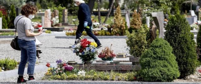 vigilessa interrompe funerale al cimitero foto Ansa