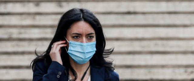 Azzolina, ogni giorno un annuncio: «A scuola con mascherine ...