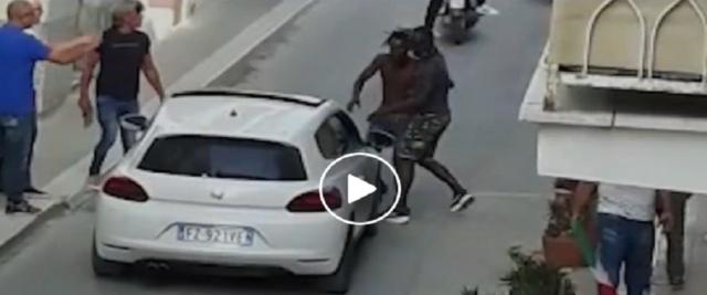 Follia degli immigrati nell'Agrigentino frame da video dalla pagina Fb di Salvini
