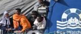 Migranti in attesa dello sbarco dalla nave tedesca Sea Watch 3 foto Ansa