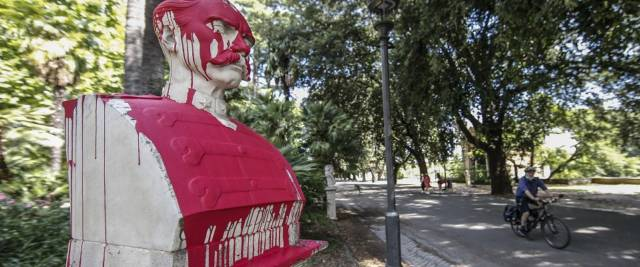 Raid al Pincio, imbrattata la statua del generale Baldissera foto Ansa