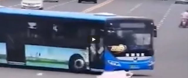 autista di bus fa strage di liceali in Cina frame da video Youtube